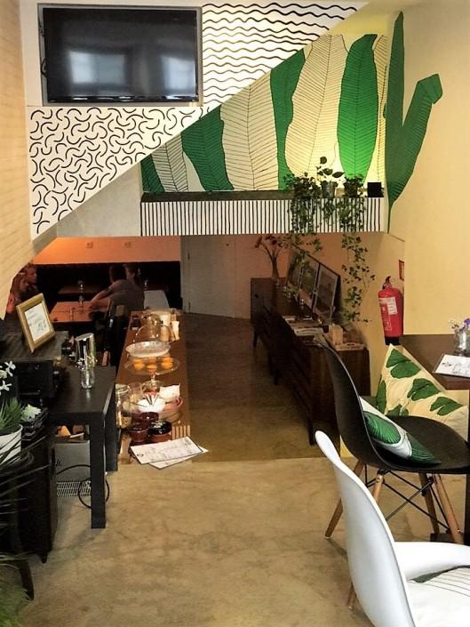 Adoro aqueles cafezinhos acolhedores onde se pode tomar um pequeno-almoço  reforçado e cheio de vitaminas. É o caso do Café do Comércio 0d18eede524af